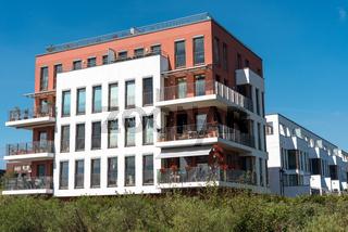 Moderne Mietshäuser unter blauem Himmel in Berlin