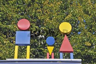 Figuren auf einer Bushaltestelle, Universität, Ulm, Baden-Württemberg, Deutschland, Europa