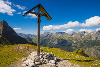 Feldkreuz beim Rappensee, links dahinter Kleiner Rappenkopf, 2276m, Allgäuer Alpen, Allgäu, Bayern, Deutschland, Europa