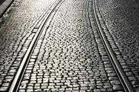 Straßenbahnschienen auf Kopfsteinpflaster