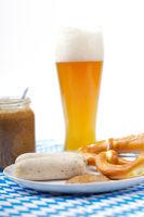 Weisswürste mit süssem Senf, Brezel und Weissbier