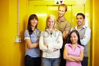Gruppe vor Fahrstuhl