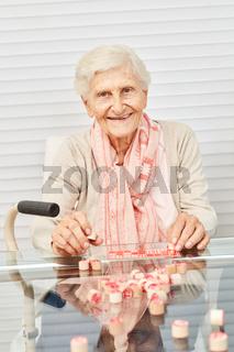 Alte Seniorin hat Spaß beim Bingo spielen
