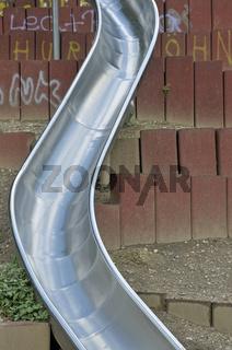 Metallrutsche, Spielplatz beim Mediapark, Köln, Nordrhein-Westfalen, Deutschland, Europa