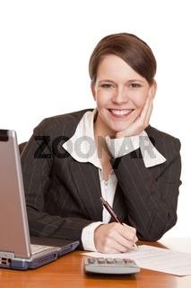 Attraktive Geschäftsfrau sitzt im Büro und unterschreibt Vertrag