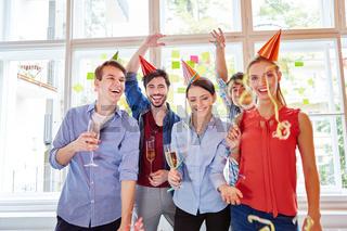 Erfolgreiches Team feiert Start-Up