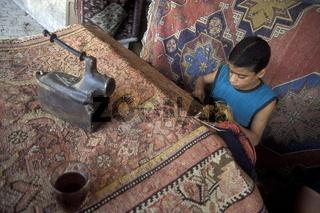 Eine Teppichknuepferei auf dem Souq oder Markt in der Medina der Altstadt von Aleppo im Norden von Syrien im Nahen Osten.