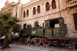 Eine Alte Dampf Lokomotive stehn als erinnerung an den heute geschlossenen Bahnhof im Stadtzentrum der Syrischen Hauptstadt Damaskus.