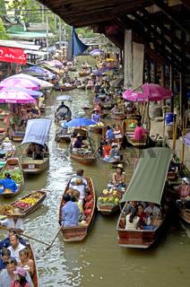 Haendler auf schwimmenden markt in Westthailand bei Kanchanaburi, Thailand