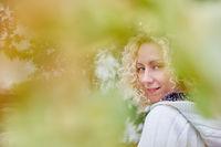 Blonde Frau im Herbst