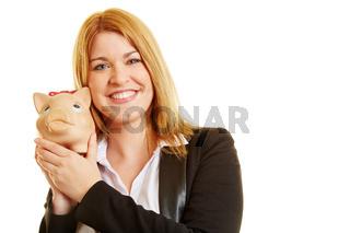 Junge Frau mit Sparschwein in der Hand