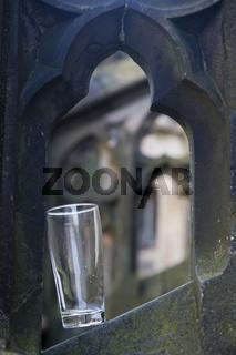 Bierglas auf Steinornament