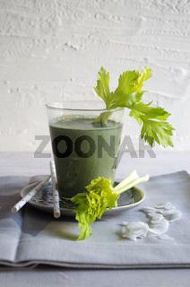 grüner Smoothie mit Sellerie und Kokos