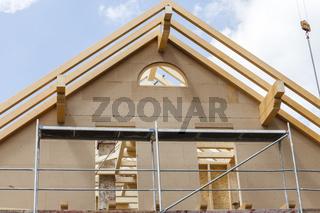 Das Grundgerüst eines Dachstuhls aus Holz, mit Sparren und Firstfette. Ein neues Dach entsteht - au