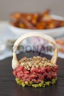 rohes Hackfleisch Tartar mit gehackten Pilzen