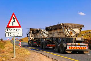 Schwerer Lkw auf dem Long Tom Pass, Mpumalanga, Südafrika, heavy truck at famous Long Tom Pass, South Africa