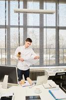 Junger Start-Up Gründer als Architekt