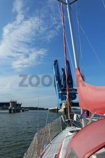 Segelboot vor der  Peenebrücke Wolgast