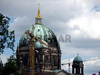 Berlin-Kran vor Dom