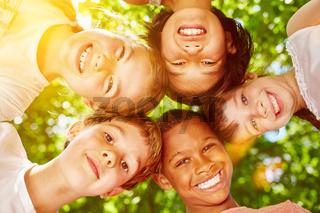 Multikulturelle Gruppe Kinder lacht
