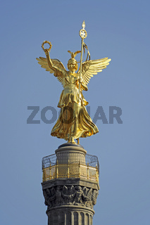 Frisch mit Blattgold renovierte Victoria auf der Siegesaeule in Berlin, Deutschland, Europa