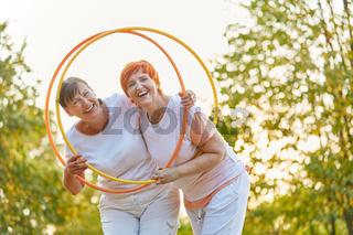 Zwei aktive Frauen haben Spaß mit Reifen