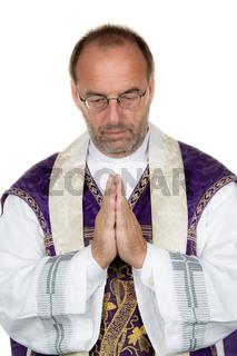 Katholischer Priester betet