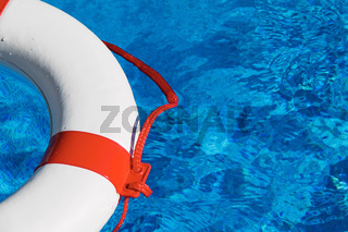 Rettungs Reifen im Pool