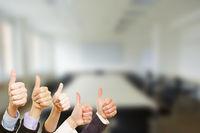 Business Gruppe hält Daumen hoch
