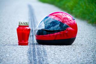 Unfall mit Motorrad. Verkehrsunfall mit Bremsspur auf Strasse.
