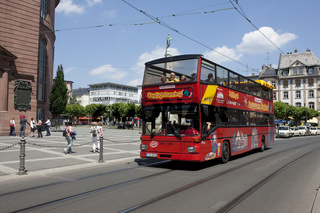 Ein Ausflugsbus fährt Touristen durch Frankfurt