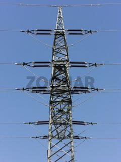 Seitenansicht eines Strommastes mit Isolatoren