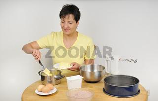 Frau backt Kuchen - Woman baking a cake
