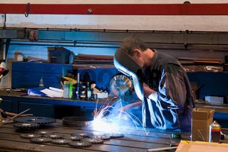 Schweisser in Werkstatt in der Metall Industrie