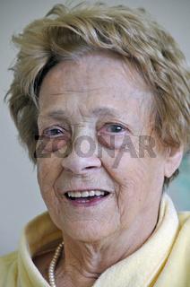 fröhliches Gesicht einer dreiundachzigjährigen Frau