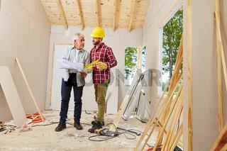 Architekt und Vorarbeiter besprechen Sanierung
