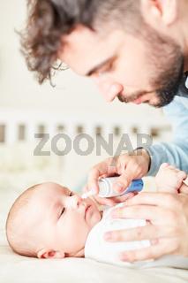 Krankes Baby bekommt Nasenspray