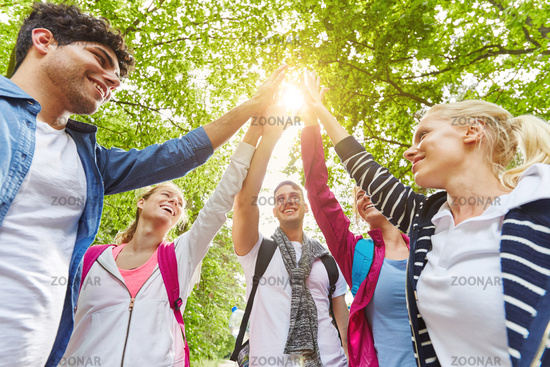 Teenager Freunde geben High Five zur Motivation