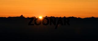 Sonnenaufgang hinter Alpenpanorama