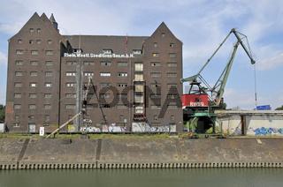 Ausgedientes Speichergebäude der RWSG und Hafenkran