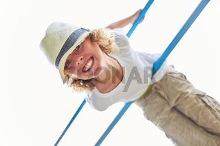 Junge turnt an einer Kletterstange