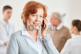 Seniorin telefoniert mit dem Smartphone