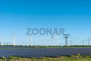 Erneuerbare Energiegewinnung und Stromleitungen