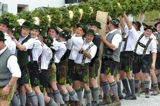 Maibaum aufstellen in Oberbayern in der Ortschaft Jachenau