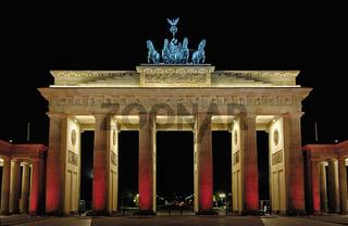 Beleuchtetes Brandenburger Tor während des Festival of lights in Berlin
