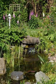 naturnaher Gartenteich mit kleinem Wasserfall