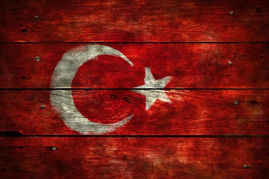 flagge der türkei auf verwitterter bretterwand