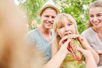 Hungriges Mädchen isst ein frisches Baguette
