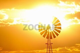 Wind und Wasserrad im Flammenmeer der Sonne