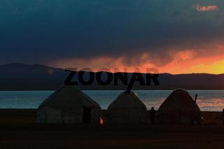 Sonenuntergang mit Jurtenlager am Songköl-See (Son Kul, Song Kol), Kirgisistan